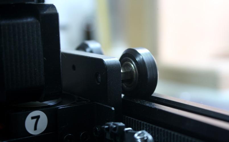 По осям X и Z экструдер передвигается благодаря роликам